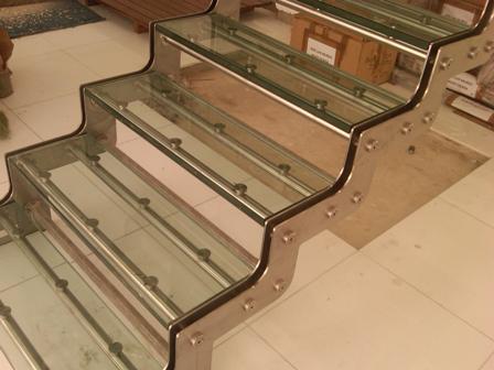 escalera de acero y vidrio