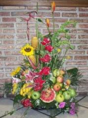 Cesta de flores y frutas