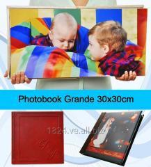 Photobook tamaño 30x30 cm de 40 PAGINAS. Portada Ventana con Iniciales en Relieve.